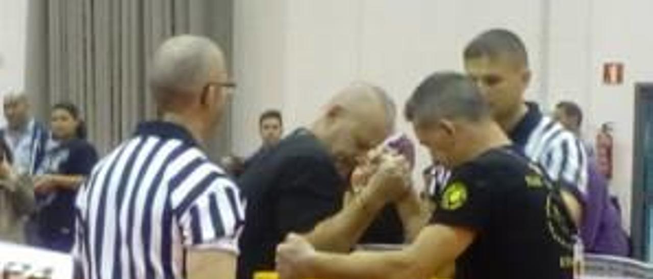Un alcireño gana el título nacional de lucha de brazos en su primera participación