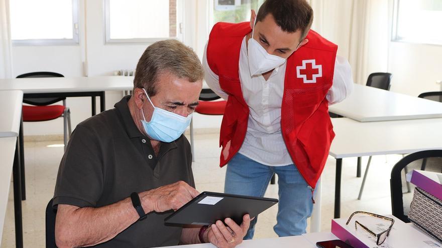 El manejo de Whatssap entre mayores de 65 años: Cruz Roja Zamora imparte estos talleres