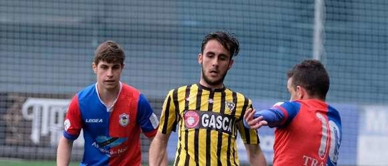Cabranes, en segundo término, presiona junto a Javi Sánchez a un jugador del Barakaldo.