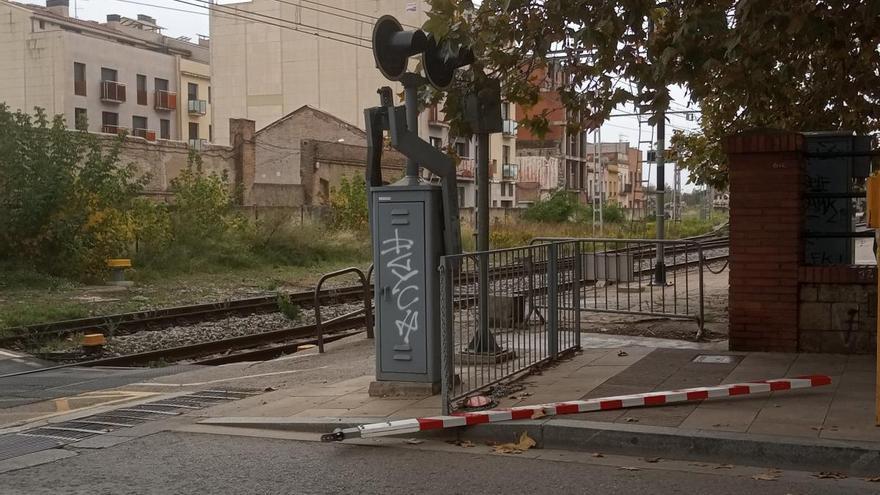 Un ciutadà alerta Renfe de la caiguda d'una barrera al pas a nivell de Figueres