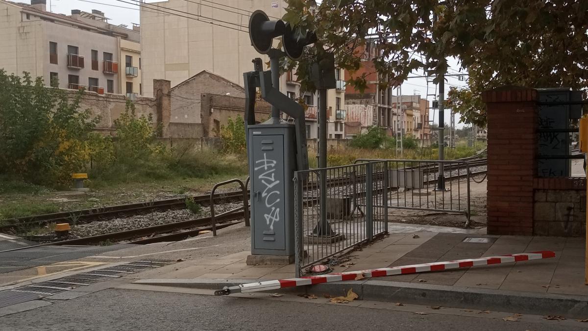 La barrera caiguda en el pas a nivell de Figueres.