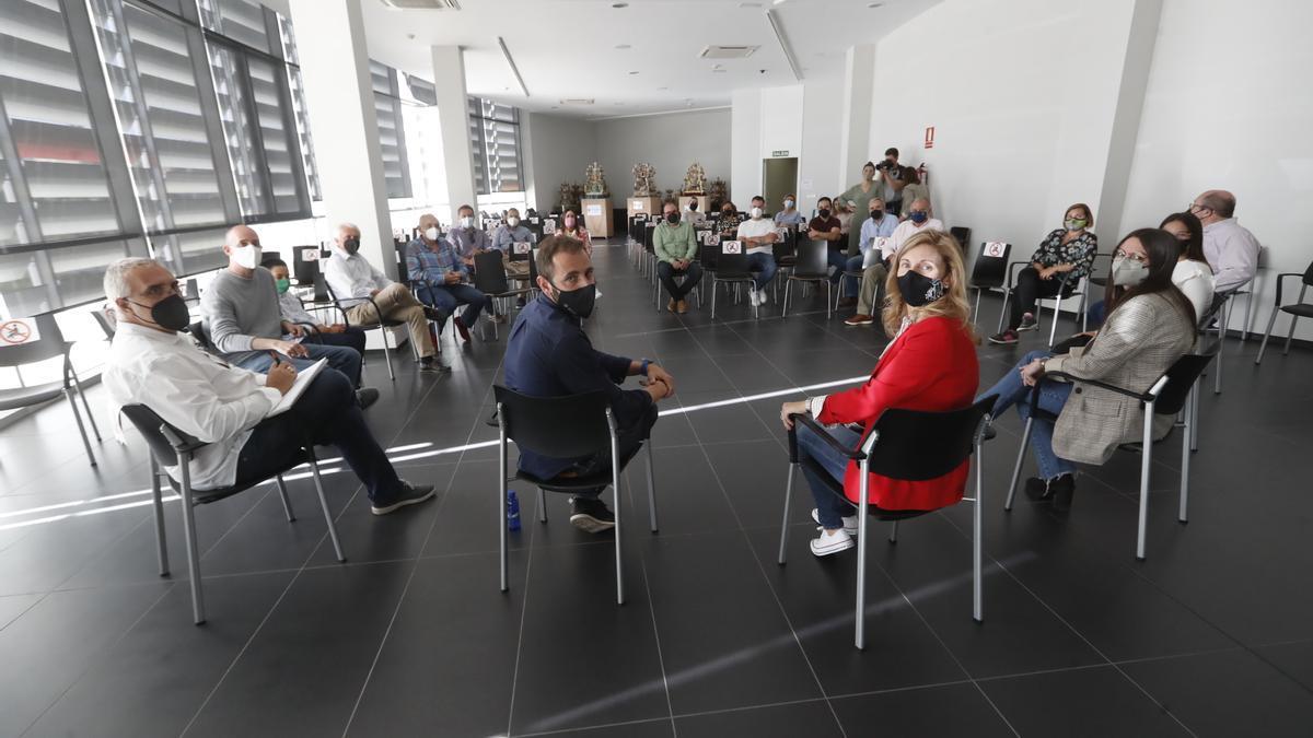 La alcaldesa Amparo Marco en la reunión con el 'món de la festa' y el edil Braina.