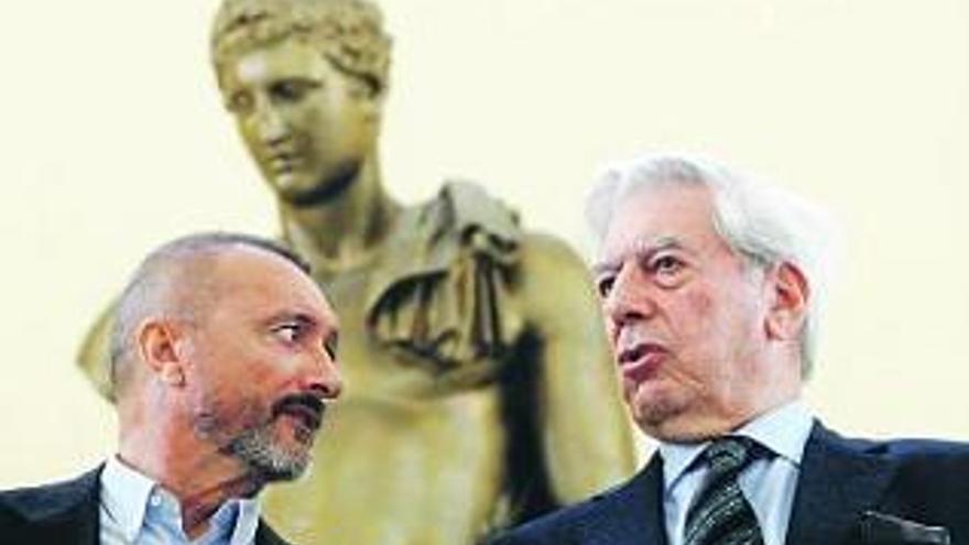 """Cambia Avilés critica que se regalen libros de Pérez Reverte y Vargas Llosa por """"machistas"""" y """"misóginos"""""""