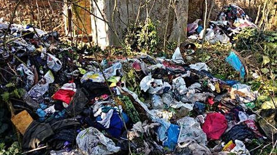 Muntanyes de peces de roba s'acumulen en una finca abandonada de Domeny