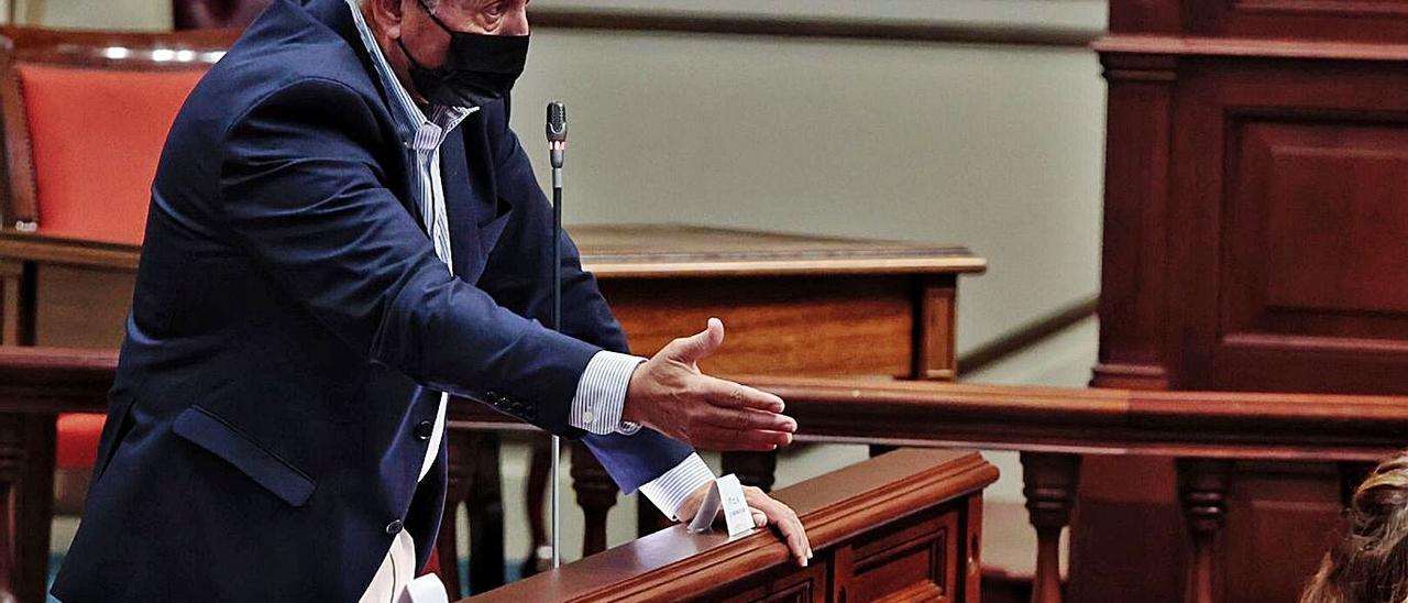Juan Manuel García Ramos, del grupo parlamentario nacionalista, ayer durante su pregunta a Román Rodríguez.     MARÍA PISACA