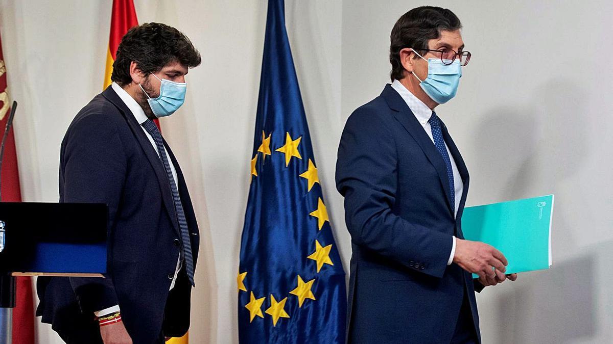 El presidente murciano, Fernando López (izda.) compareció ayer junto a Villegas. |   // EFE