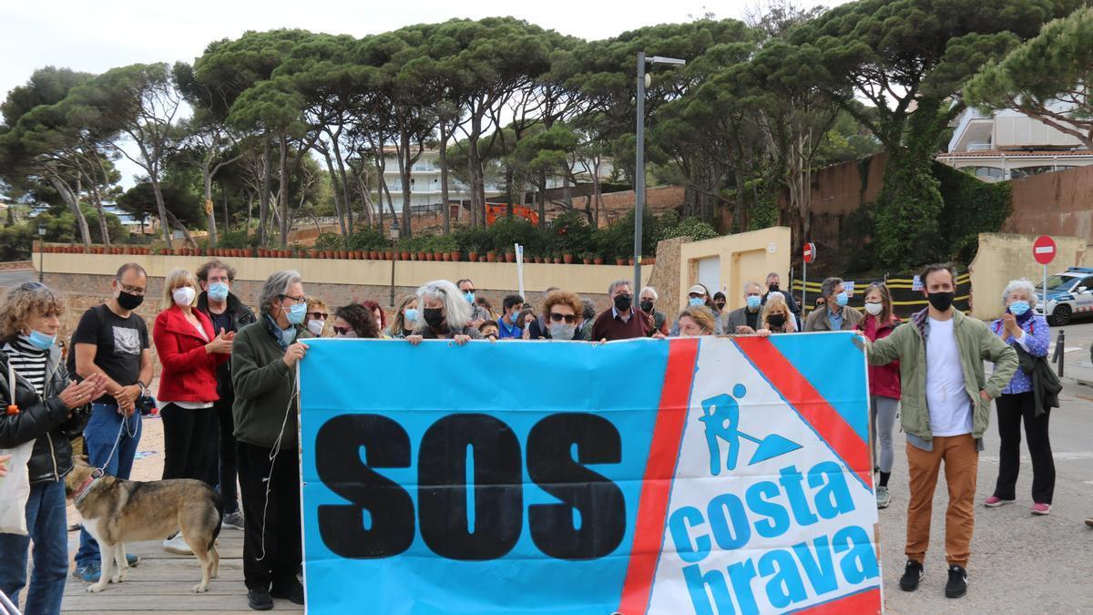 La protesta que SOS Costa Brava ha fet davant de la Pineda de Ponent de Sant Feliu de Guíxols