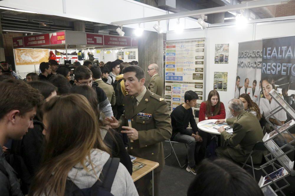 Protestes i crema de fotos contra l'Exèrcit a l'Expojove de Girona