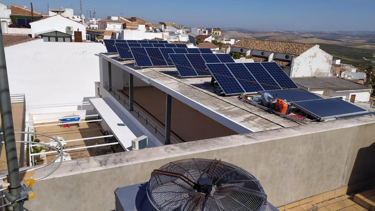 Instalación fotovoltaica en un edificio público.