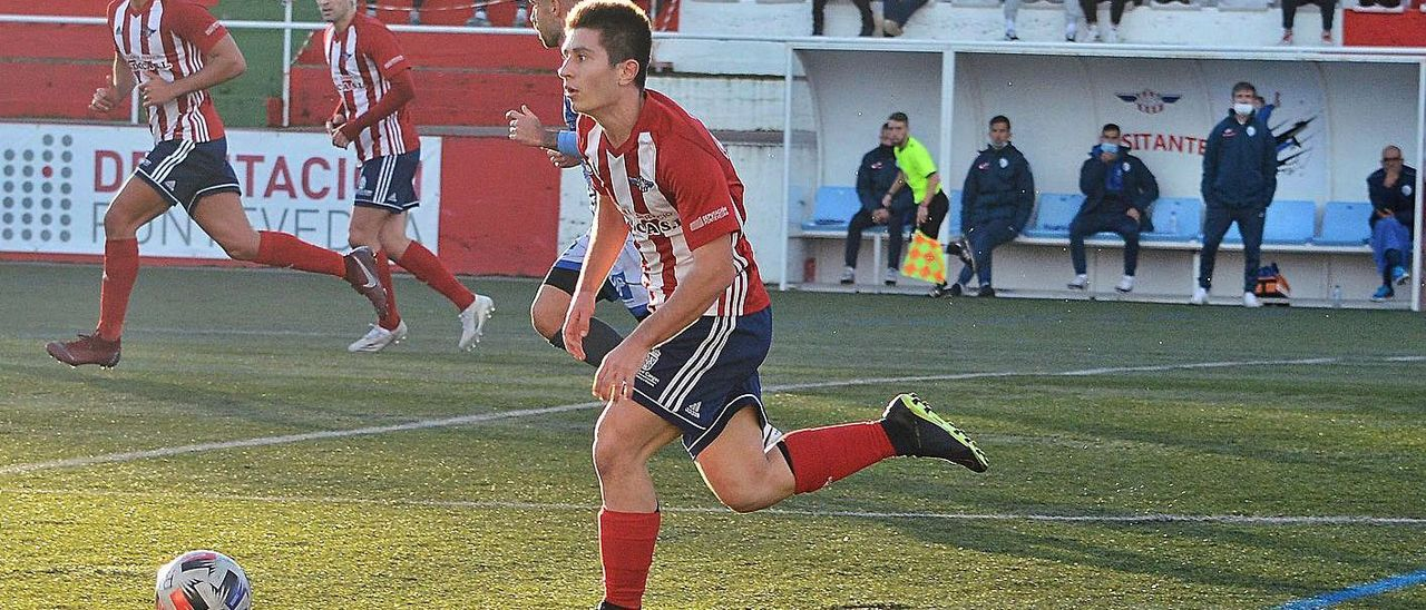 Brais conduce el balon en el choque ente Alondras y Ourense CF.    // GONZALO NÚÑEZ