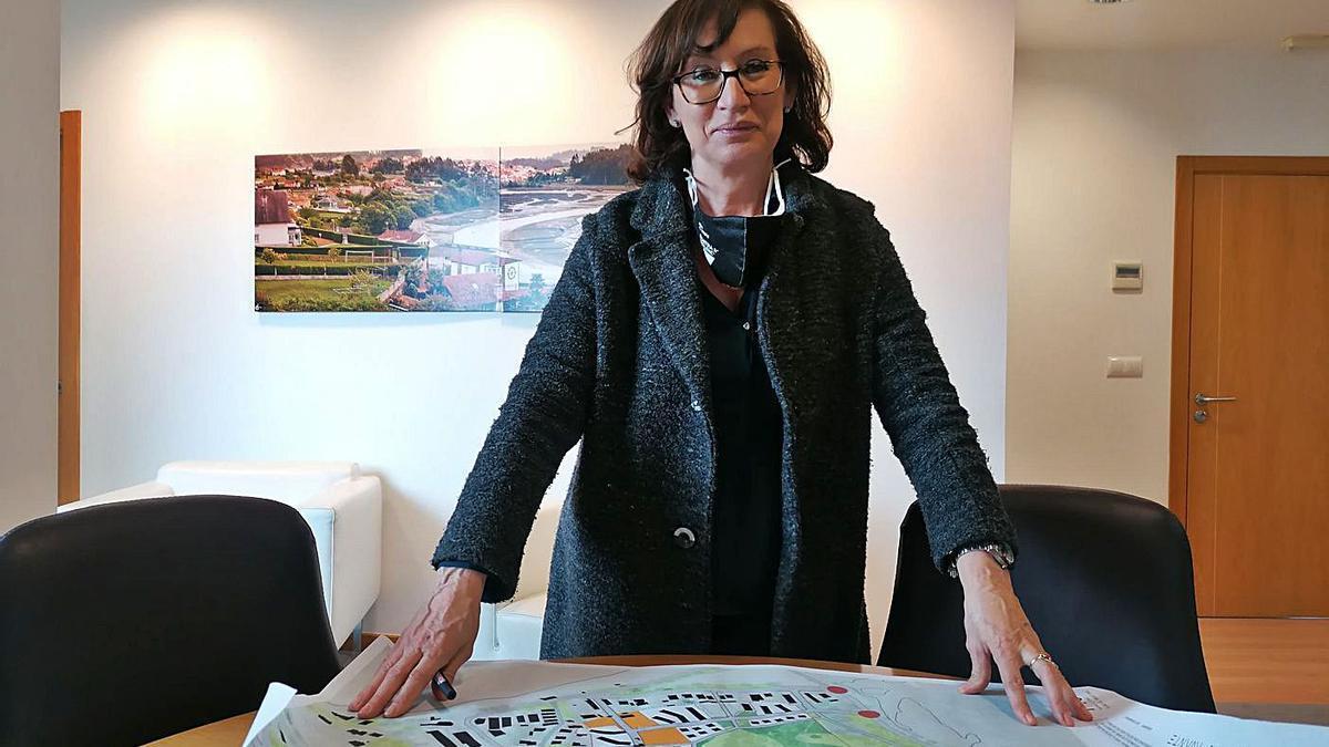 Emma González en el despacho de Alcaldía con un plano del ámbito de Monte Piñeiro.  | // LA OPINIÓN