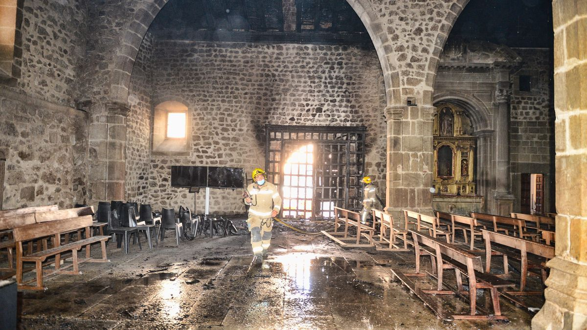 Un bombero, en el interior de la iglesia tras el incendio.