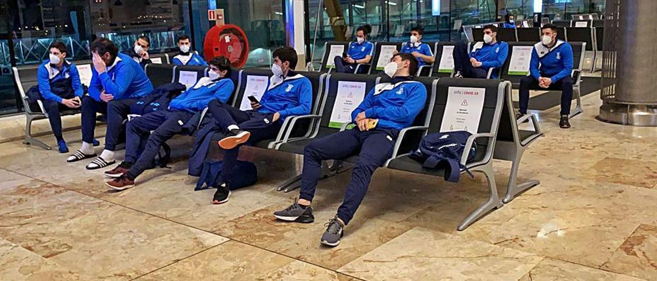 El Bueu en el aeropuerto tras su último partido en Canarias. |  // FDV