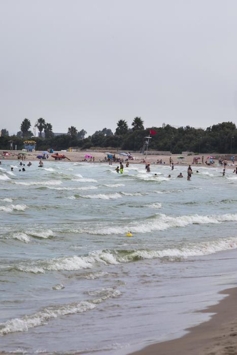 El Ayuntamiento pone la bandera roja en la playa de Pinedo