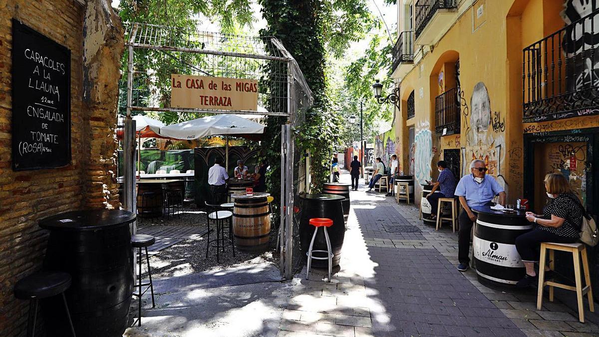 Los hosteleros de El Tubo reclaman más limpieza de sus calles y fachadas.    JAIME GALINDO