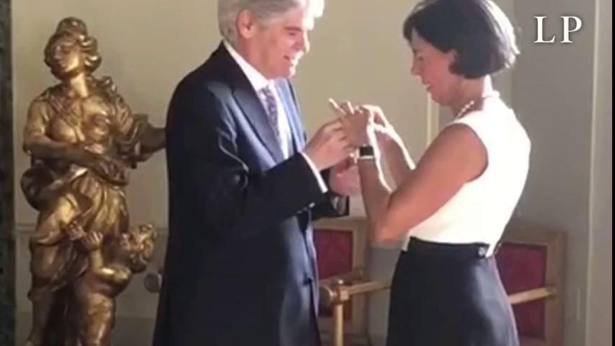 Lola Castro recibe la Cruz de Isabel la Católica por su labor humanitaria