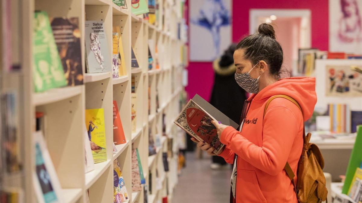 Una usuaria de una librería, en una imagen de archivo.