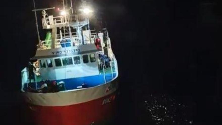 Salvamento remolca dos barcos a Vigo y Cariño por averías