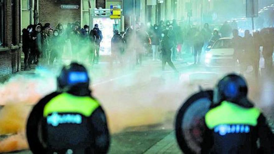 Los disturbios por el toque de queda se saldan con 150 detenidos en Países Bajos