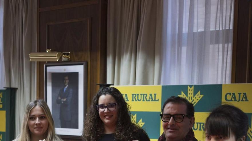 Narciso Prieto junto a las responsables de la Asociación Pino del Oro