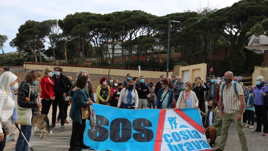 SOS Costa Brava es manifesta per evitar la tala d'una pineda a Sant Feliu de Guíxols
