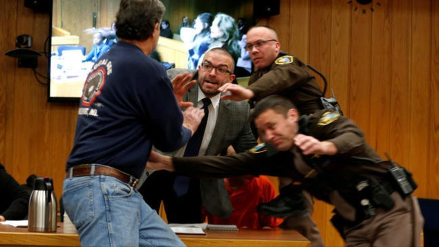 El padre de tres víctimas intenta agredir a Larry Nassar durante el juicio