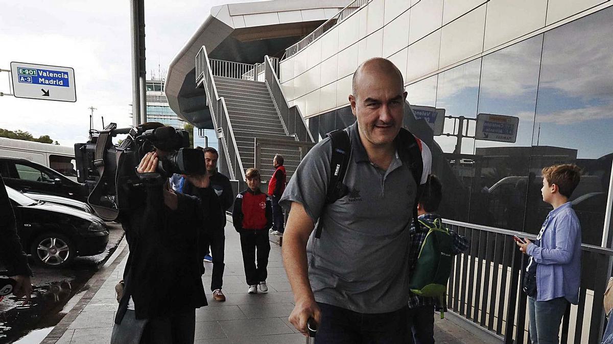 Jaume Ponsarnau, ayer en Manises, antes de  subir al avión. j.m.lópez/sd