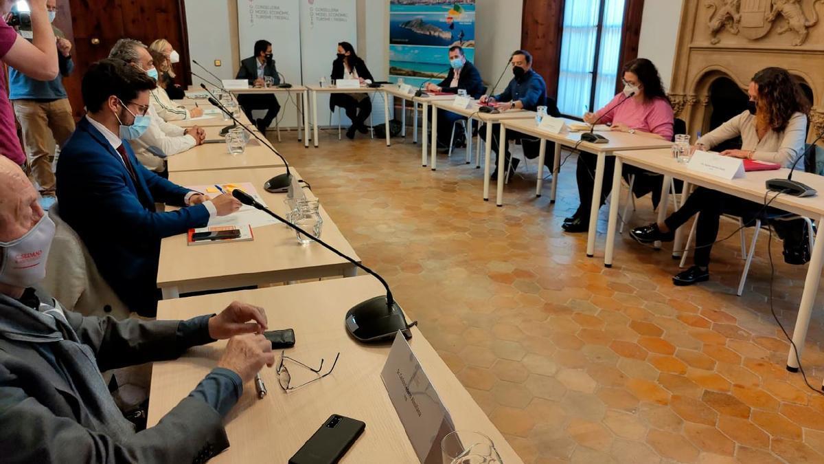 Los empresarios, en el centro Iago Negueruela y Virginia Abraham, y a la derecha los sindicatos, en la mesa de negociación del pasado mes de marzo.