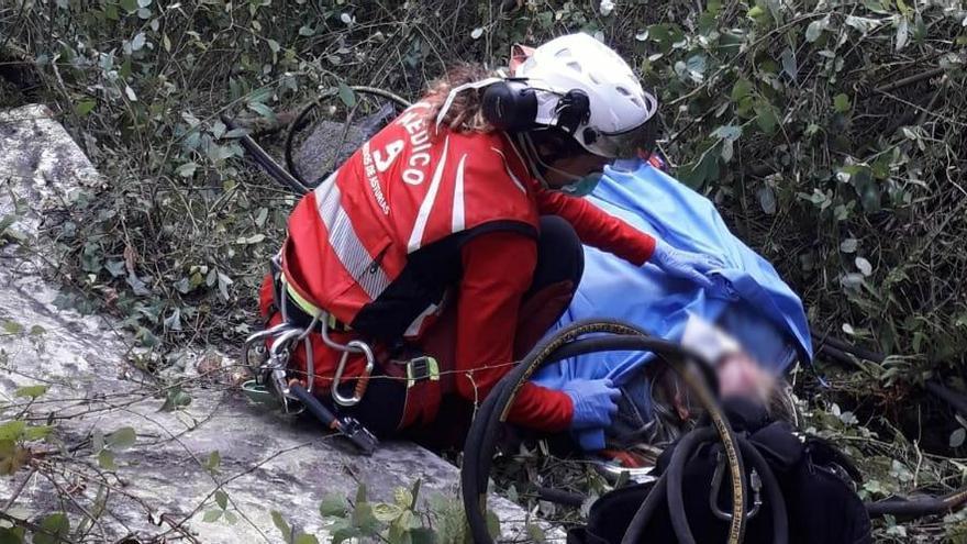Investigan a una mujer que abandonó su coche en la autovía de Serín tras sufrir un accidente