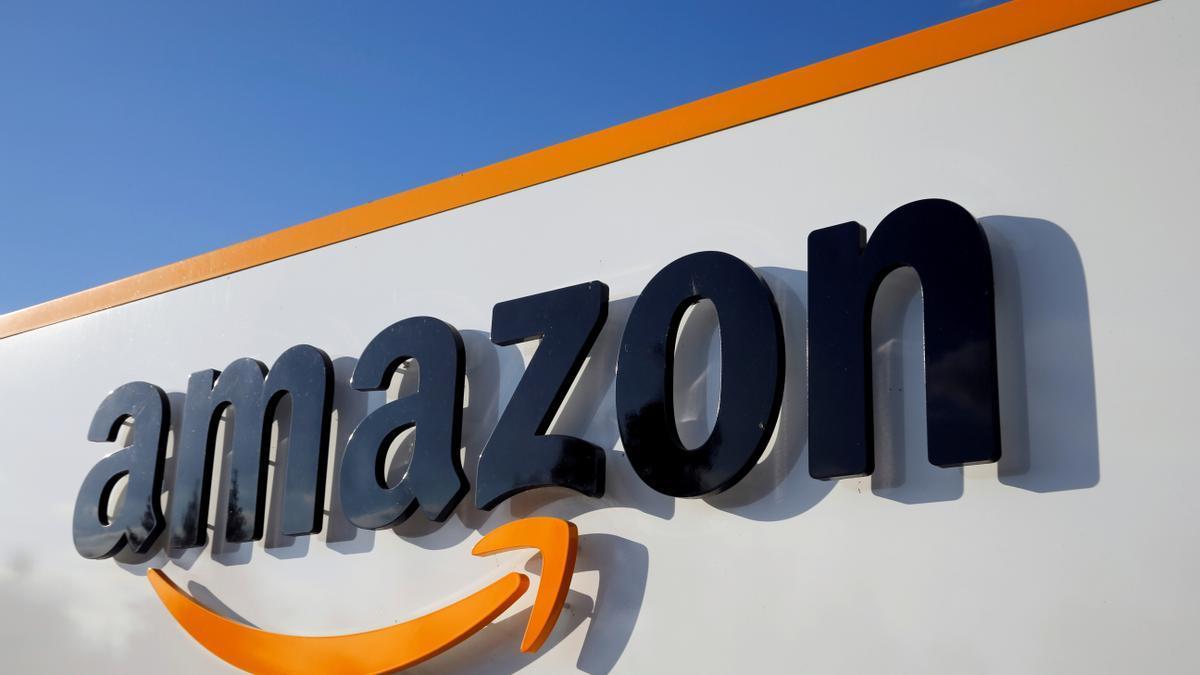El logo de Amazon en una de sus sedes