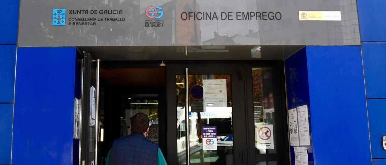Una persona entra en una oficina de Emprego en Galicia. // Carlos Pardellas