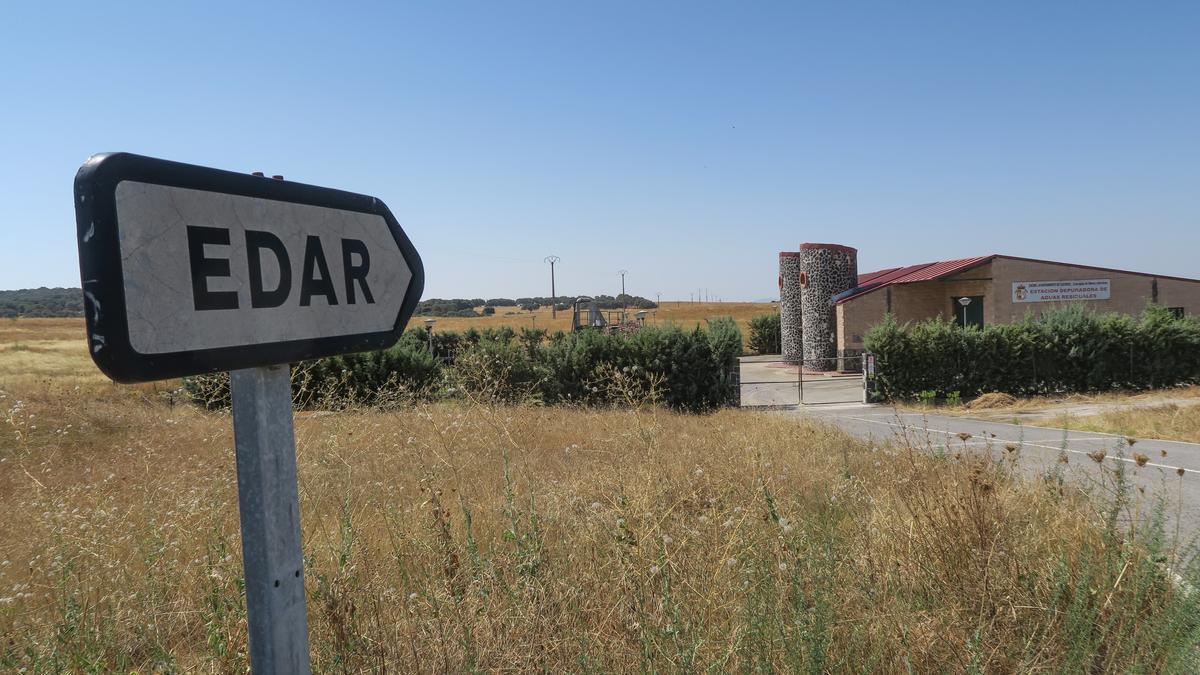 Cartel indicador de la estación de tratamiento de agua residual de la carretera de Malpartida de Cáceres.