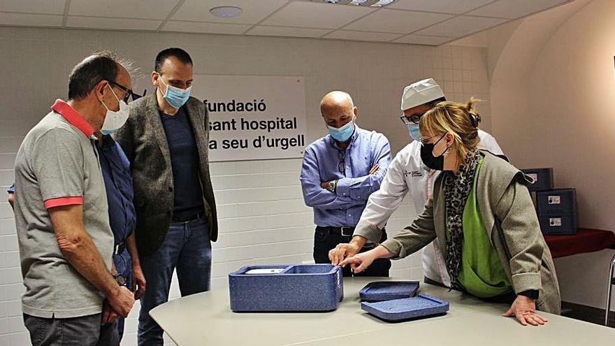 La Germandat de Sant Sebastià dona maletes isotèrmiques a l'hospital
