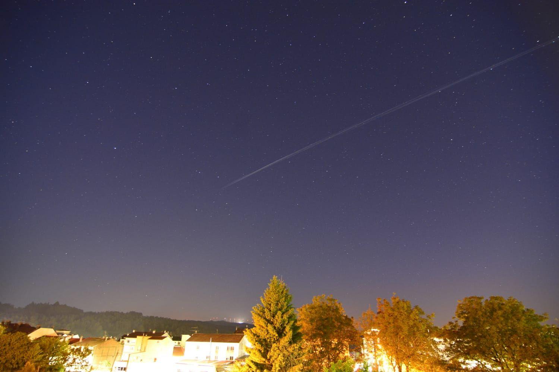 Satélites Starlink, la alineación de luces en movimiento que sorprende en la noche
