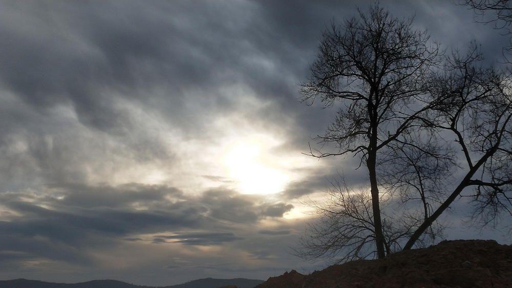 Cardona. Sortida del sol entre núvols.