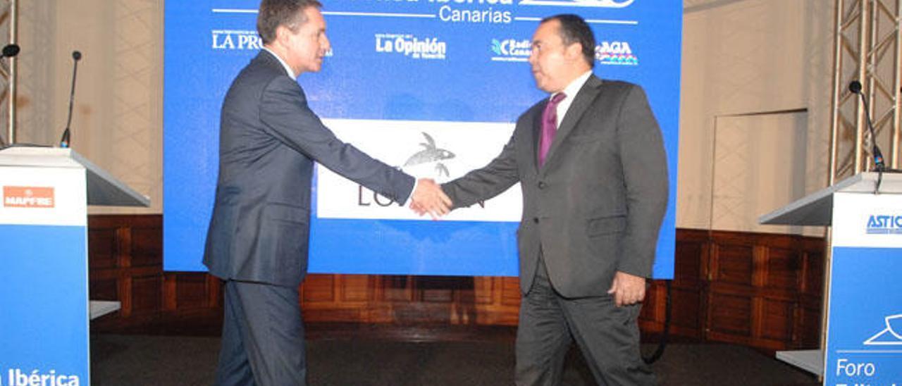 Santiago Menéndez saluda a Antonio Cacereño al término del evento en el Hotel Santa Catalina.