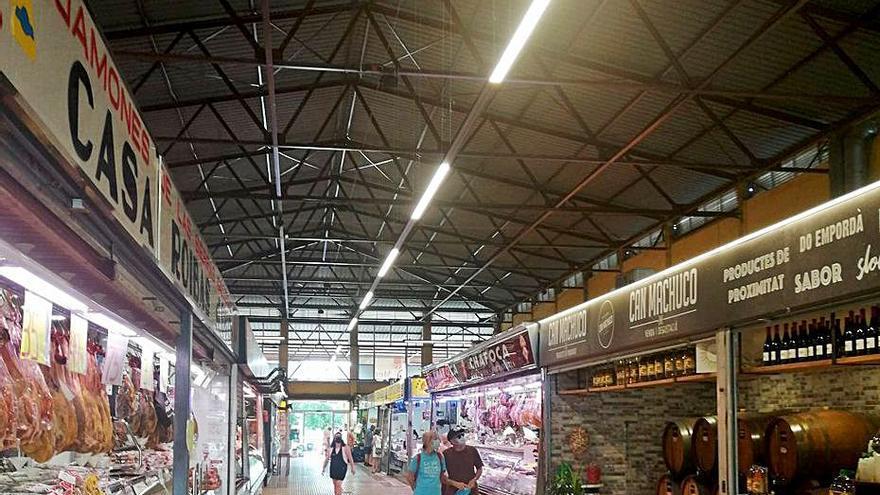 Roses millora l'eficiència energètica de l'enllumenat del mercat municipal