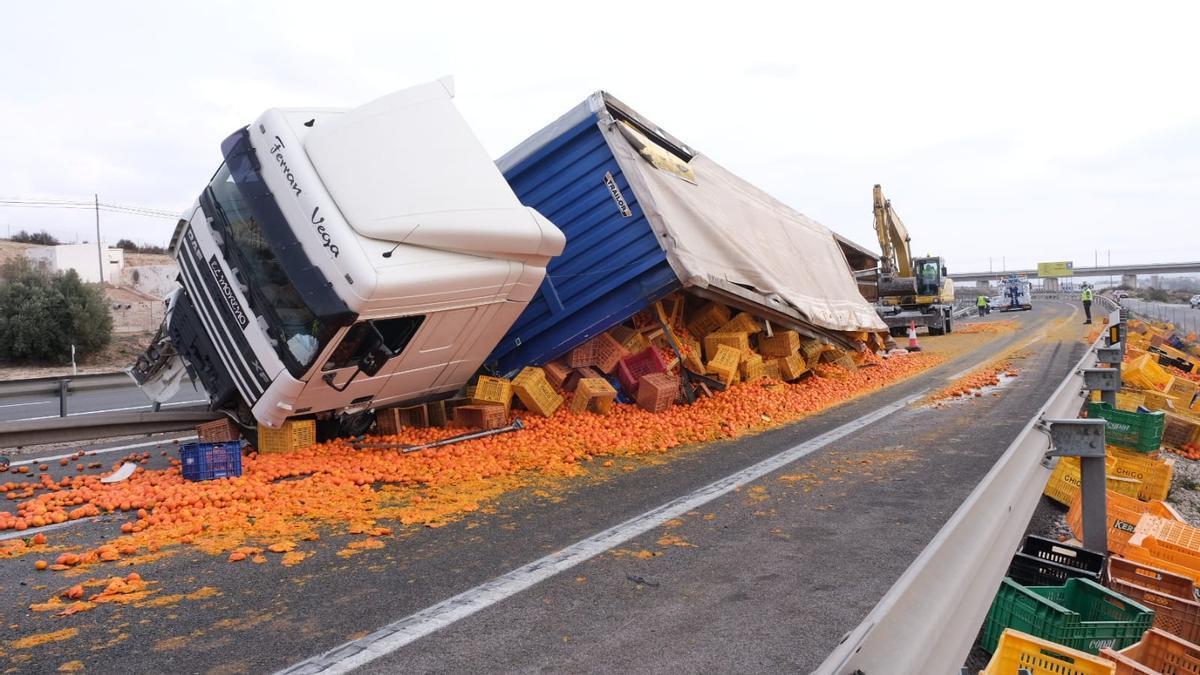 Colas kilométricas en la A-31 dirección Madrid-Alicante por un accidente a la altura de Novelda