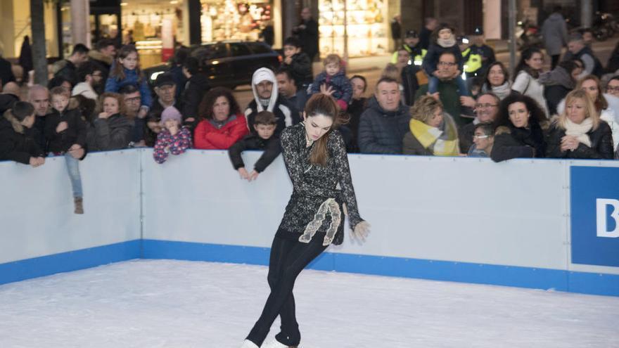 La pista de gel de la plaça de Sant Domènec s'estrena amb la mirada al comerç