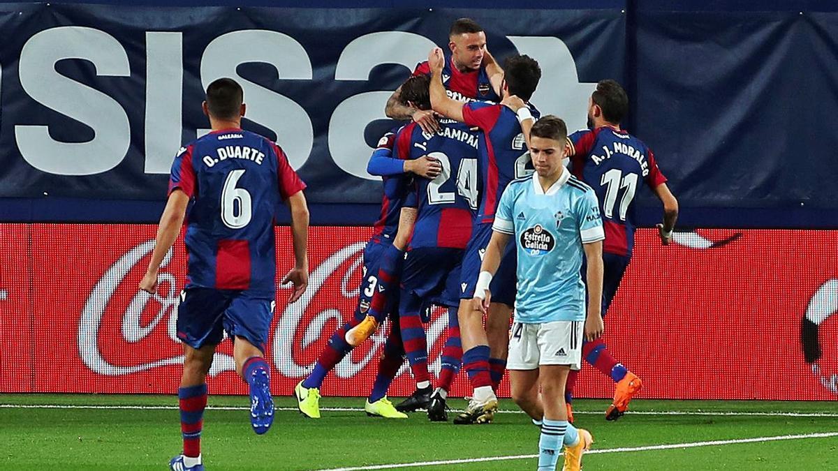 Los futbolistas del Levante celebran el 1-0, de Róger y de penalti.  | EFE/DOMENECH CASTELLÓ