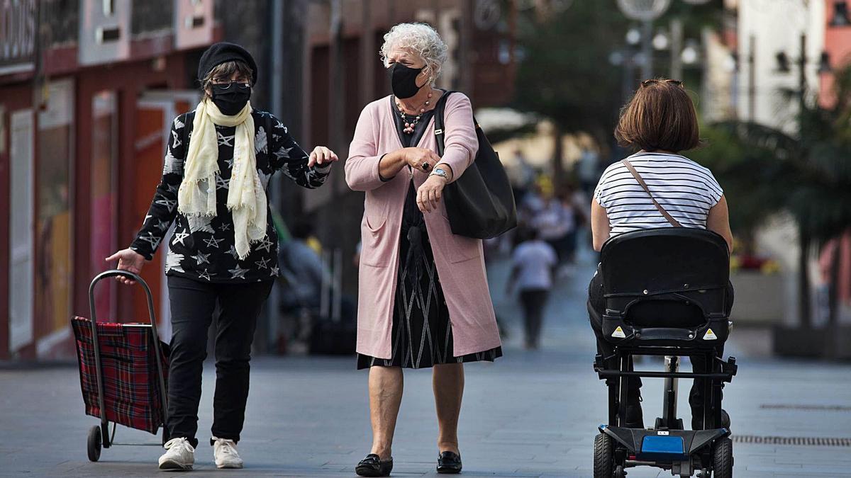 Dos mujeres pasean por una céntrica calle del Puerto de la Cruz.