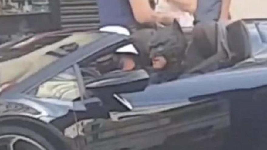 Denuncien un «youtuber» vestit de Batman en un cotxe de luxe a la Gran Via de Madrid