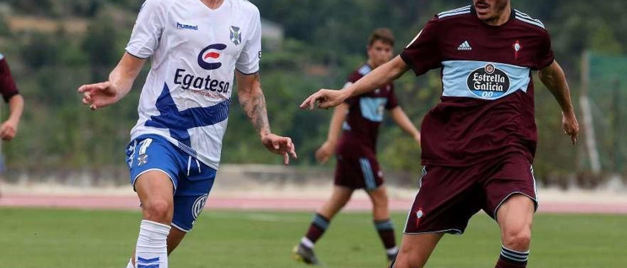 Jozabed Sánchez, ante Naranjo, en el amistoso contra el Tenerife, en Melgaço. // Marta G.Brea