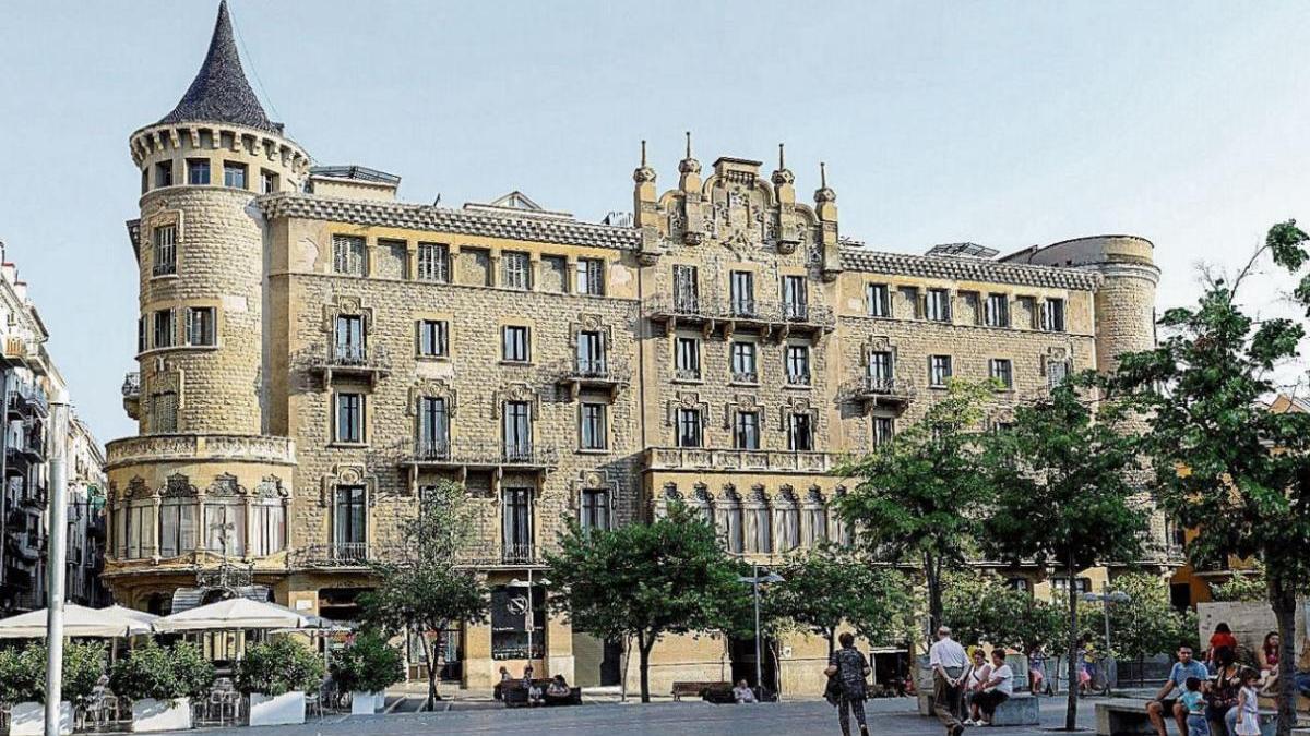Ca la Buresa presideix majestuosament un lateral de la plaça de Sant Domènec |