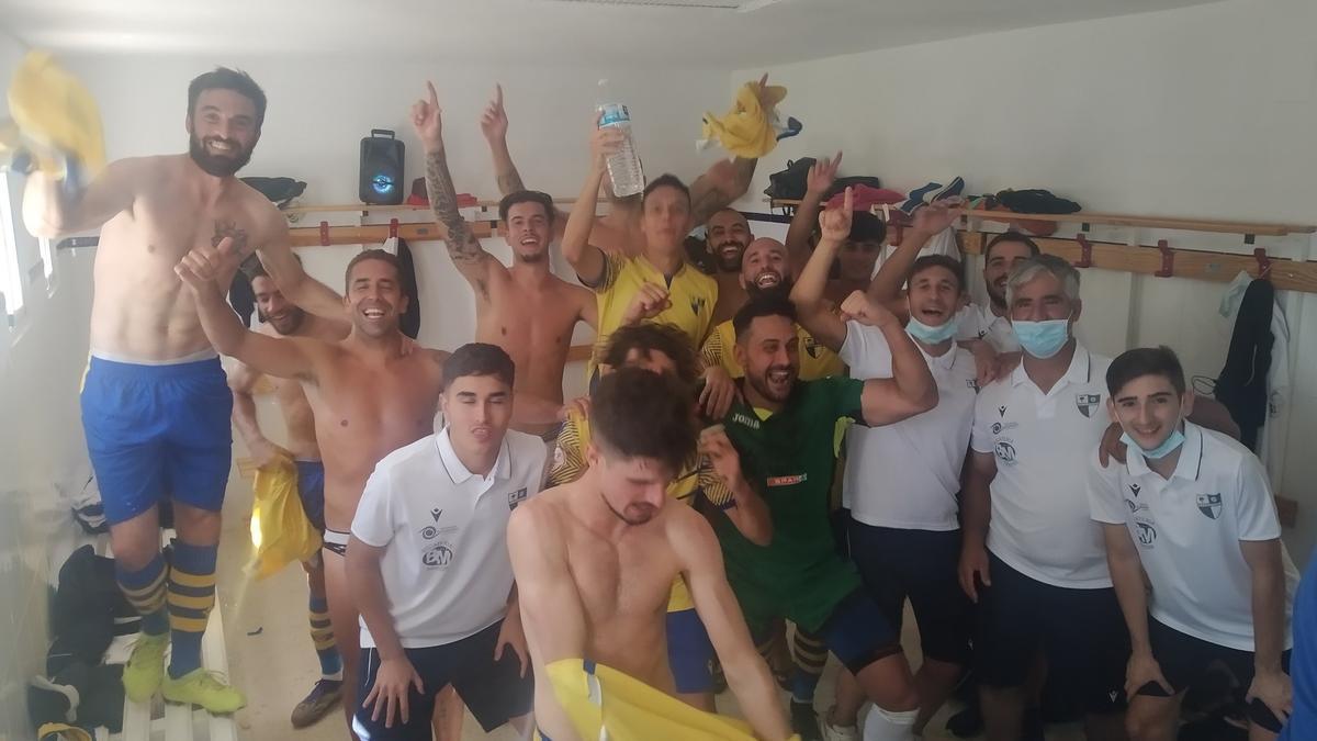 Integrantes del Villafranca celebran su primera victoria de la temporada.