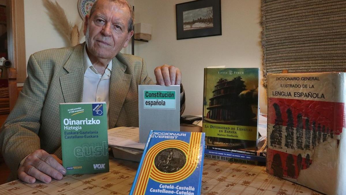 En la foto de archivo José Antonio Sierra, en su casa de Málaga, rodeado de libros y diccionarios.