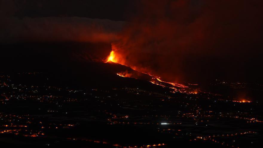 El volcán de La Palma aumenta su actividad explosiva y la lava arrasa en su paso hacia el mar