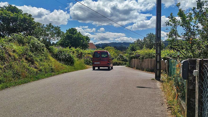 La conexión de Dena con la Autovía do Salnés parada por la finca de un vecino y un transformador