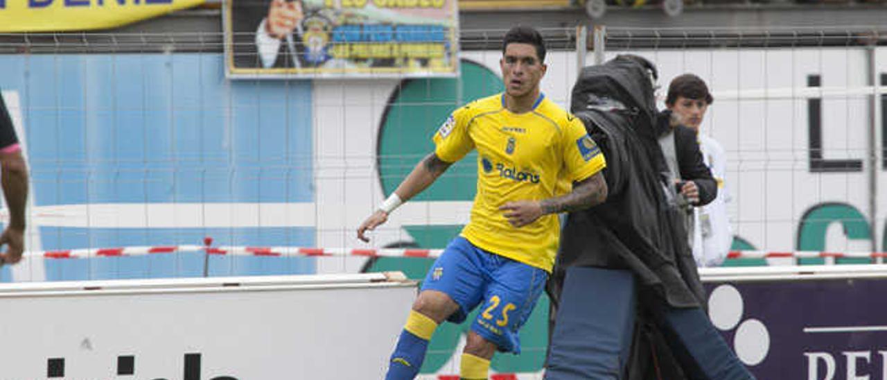 Jesús controla la pelota durante el derbi ante el CD Tenerife.