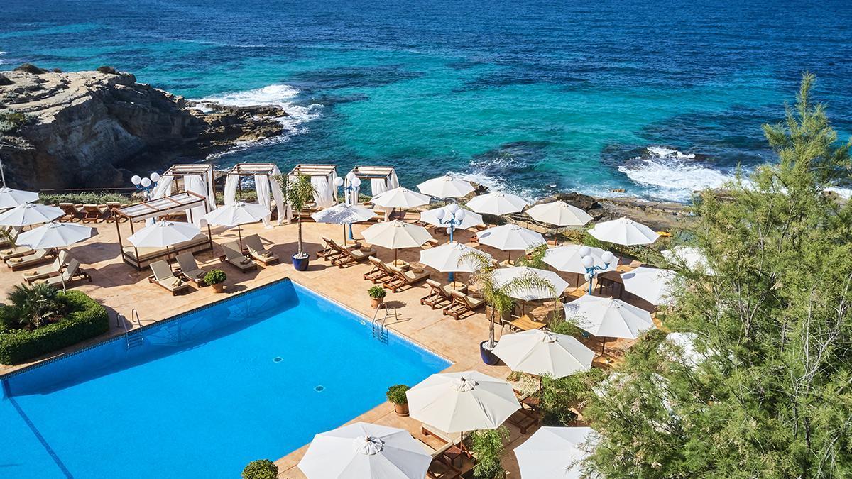 El Mhares Sea Club se vuelca sobre el mar Mediterráneo desde espectaculares acantilados en la bahía de Palma